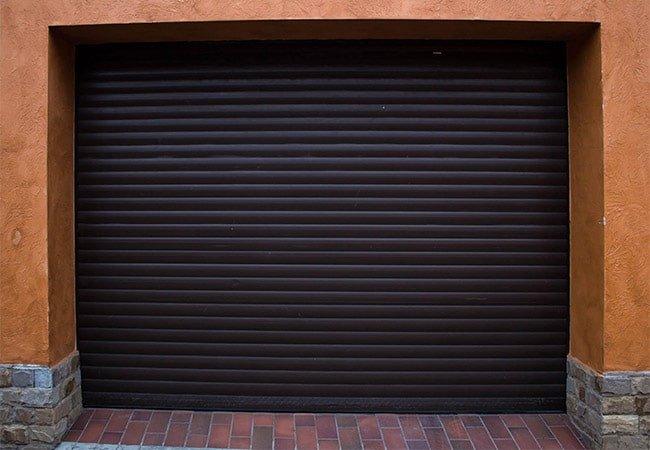 гаражные роллеты коричневого цвета с автоматическим управлением фото