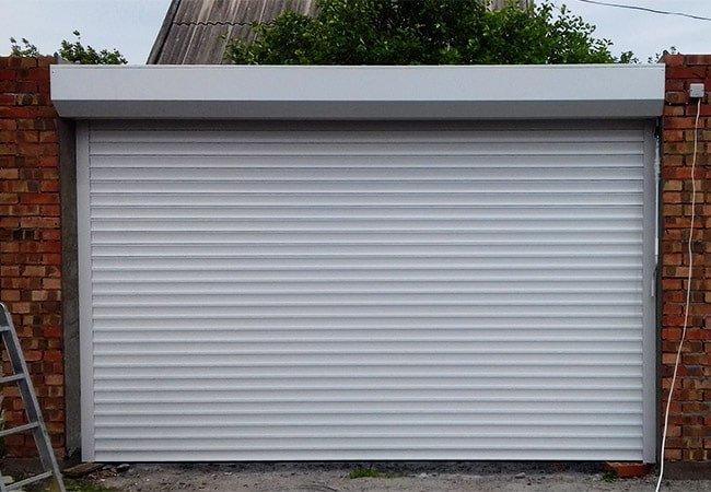 роллетные ворота белого цвета из экструдированного профиля 77 мм в Днепре фото