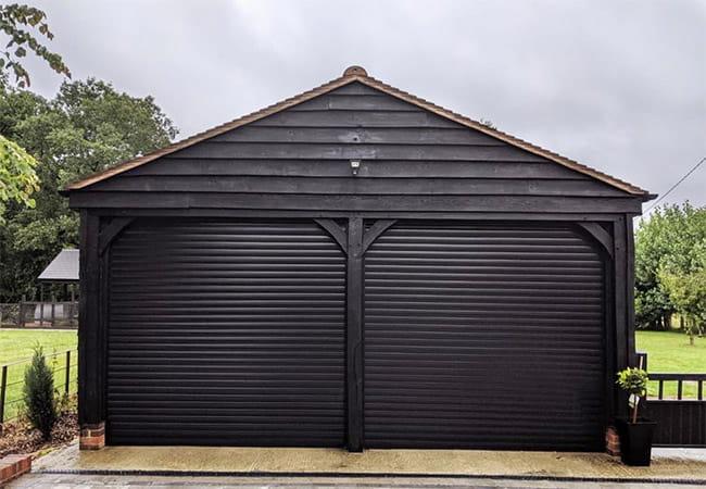гаражные ворота роллетного типа черного цвета фото