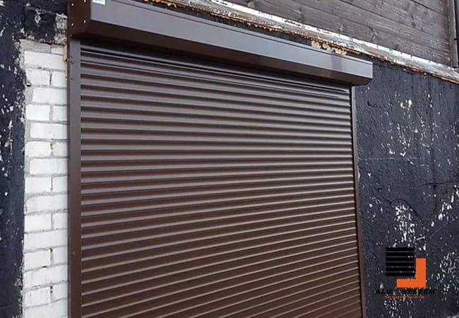 гаражные ворота роллетные коричневого цвета фото