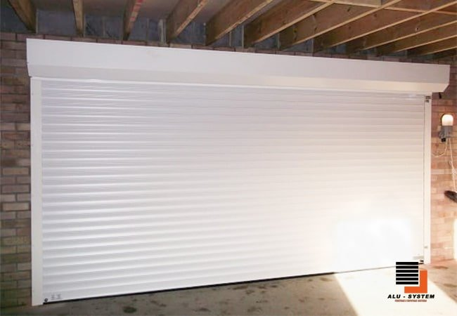 рулонніе ворота белого цвета из пенозаполненного профиля с автоматикой фото