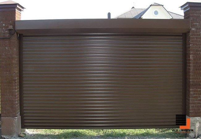 защитные роллетные ворота коричневого цвета фото