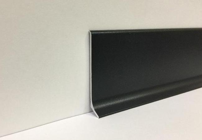 Плинтус алюминиевый в черном цвете