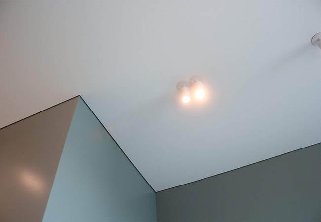Теневой шов на натяжном потолке фото